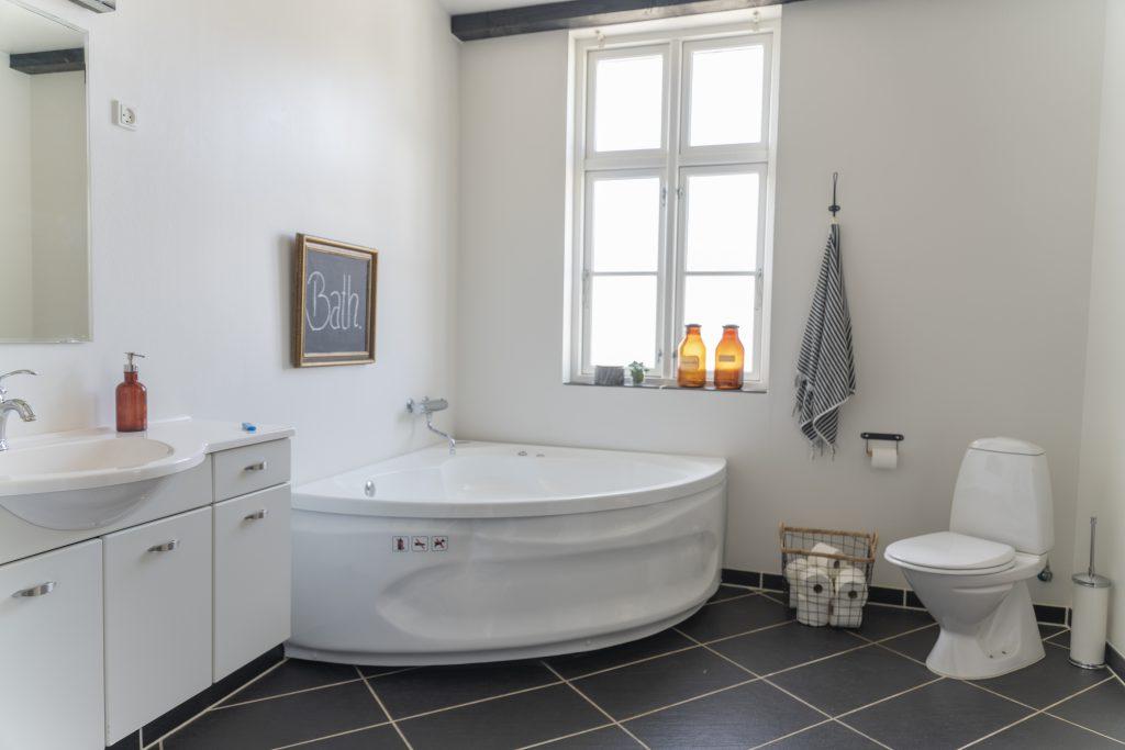 Bjørnemose Gods - Stort badeværelse med Jacuzzi